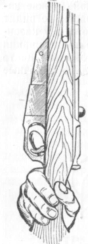 Правильное положение указательного пальца на спусковом крючке винтовки
