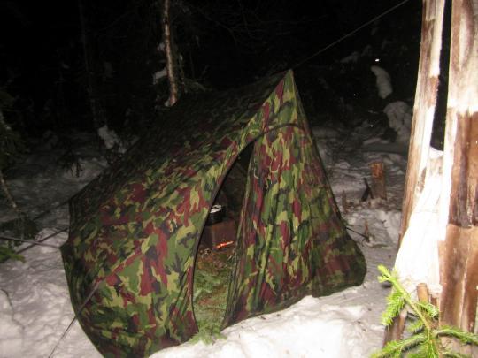 4. Палатка закрыта, печка топится, снег тает.